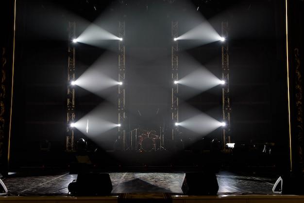 Concierto espectáculo de luces, luces de colores en un escenario de concierto