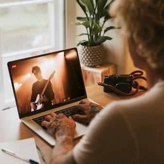 Concierto de transmisión en vivo en una computadora portátil en la nueva normalidad
