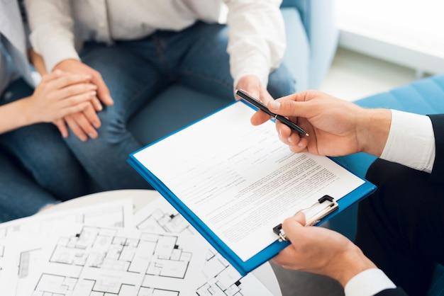Conclusión de un contrato de compra de proyecto con agente inmobiliario.