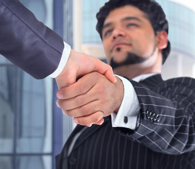 La conclusión de la transacción. apretón de manos.
