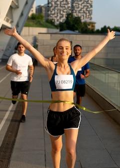 Concurso ganador de mujer sonriente de tiro medio
