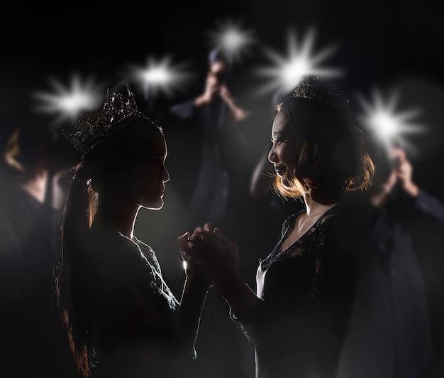 Concurso de miss pageant en vestido de gala con corona de diamantes