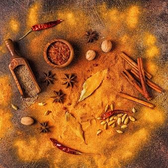 Condimenta los ingredientes para cocinar. concepto de especias. vista superior.