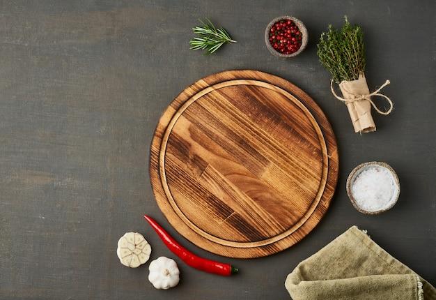 Condimento de alimentos. menú, receta, maqueta. tabla de cortar redonda de madera