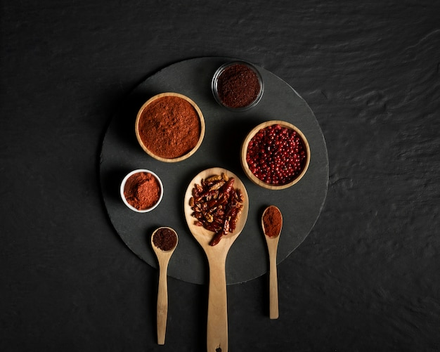 Condimento de especias en cucharas de madera en la mesa