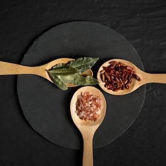 Condimento de especias en cucharas de madera