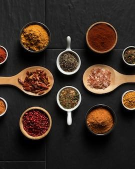 Condimento de especias en la mesa