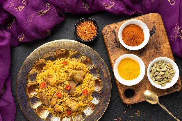 Condimentos y comida india de la vista superior