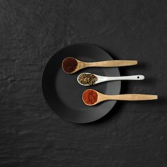 Condimentos en polvo en cucharas