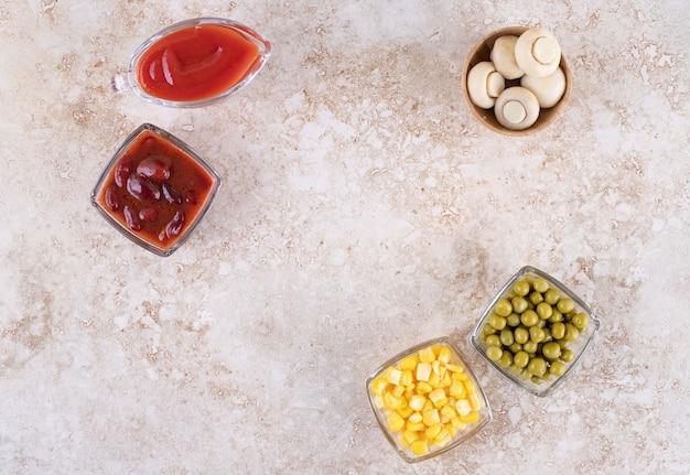 Condimentos y porciones de verduras en cuencos