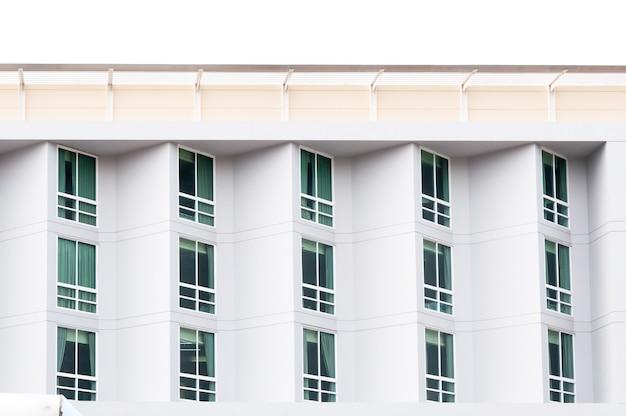 Condominio de cristal de ventana, edificio moderno y moderno con grandes ventanales, fondo arquitectónico de apartamentos modernos