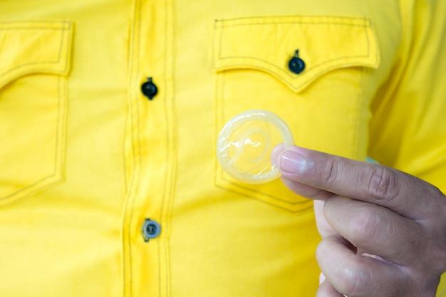 Condón listo para usar en mano masculina