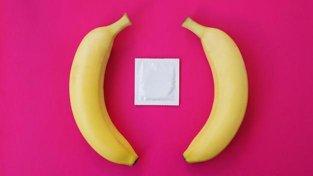 Condones y dos plátanos juntos, el concepto de anticonceptivos y la prevención de enfermedades venéreas del matrimonio entre personas del mismo sexo.