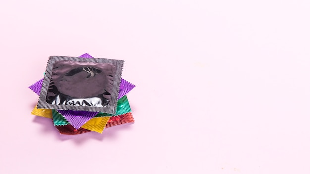 Condones envueltos coloridos de alto ángulo.