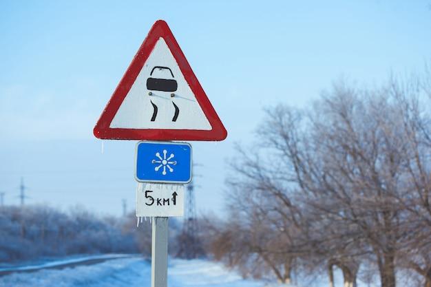 Conducción de invierno - carretera país