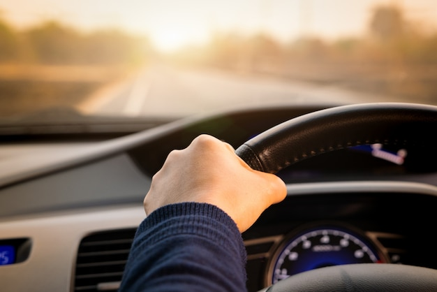 Conducción segura, control de velocidad y distancia de seguridad en la carretera, conduciendo de forma segura