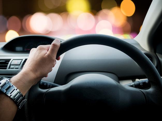 Conducir un auto por la noche, color bokeh