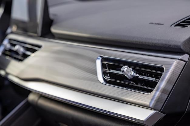 Conducto de aire interior en el panel frontal de un automóvil premium