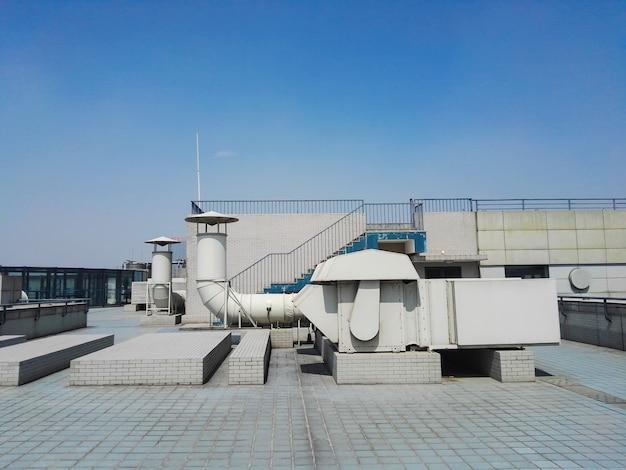 Conducto de ventilación en el techo del edificio