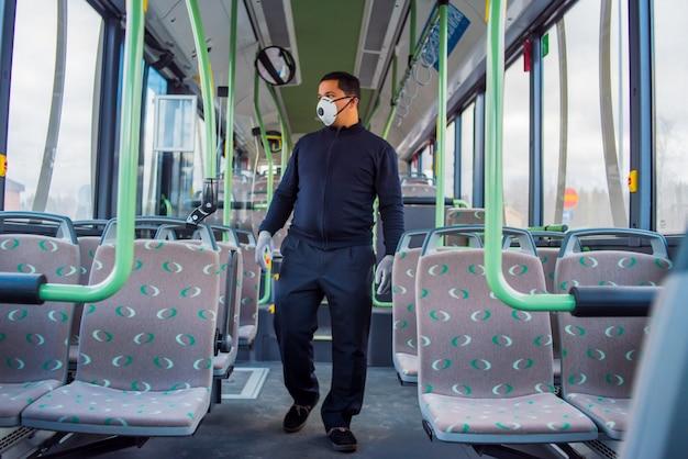 El conductor del autobús está solo en el autobús vacío debido al coronavirus