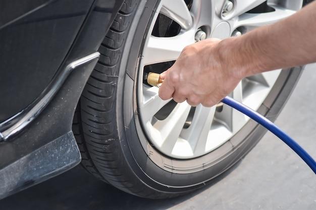 El conductor está controlando la presión de aire y el llenado de aire en los neumáticos