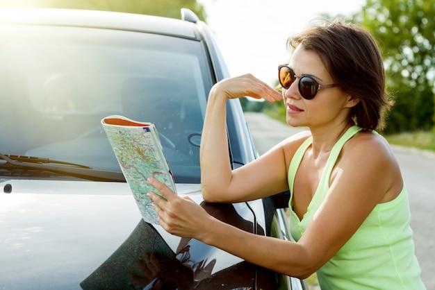 El conductor femenino lindo está viajando.