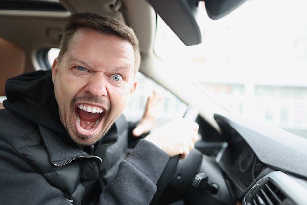 Conductor loco grita en el habitáculo