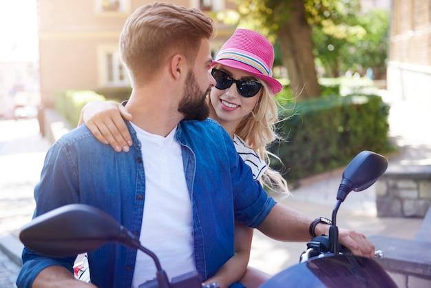 Conductor de moto y su novia