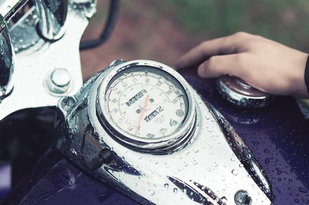 El conductor de la motocicleta del tanque de gasolina de stoke.
