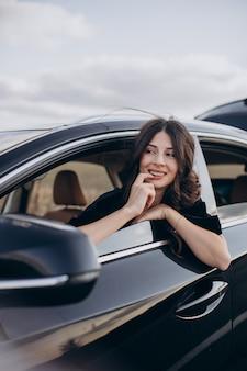 Conductor de mujer hermosa viajando