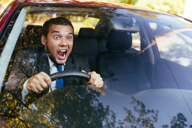 Conductor sorprendido en el coche