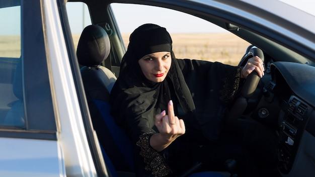 La conductora muestra un gesto indecente. dedo medio levantado