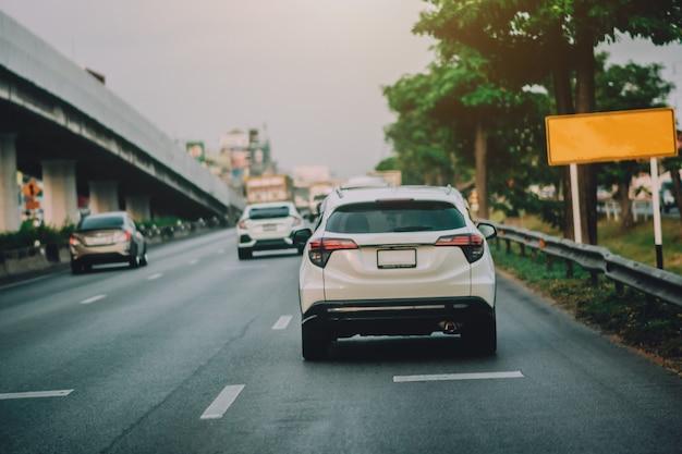 Conduzca el automóvil en la carretera y el asiento de automóvil pequeño para pasajeros en la carretera que se utiliza para viajes diarios