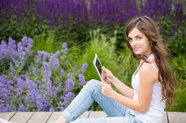 Conectado. estudiante con un touchpad.