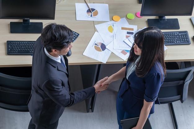 Conectando relaciones comerciales con mujeres jóvenes