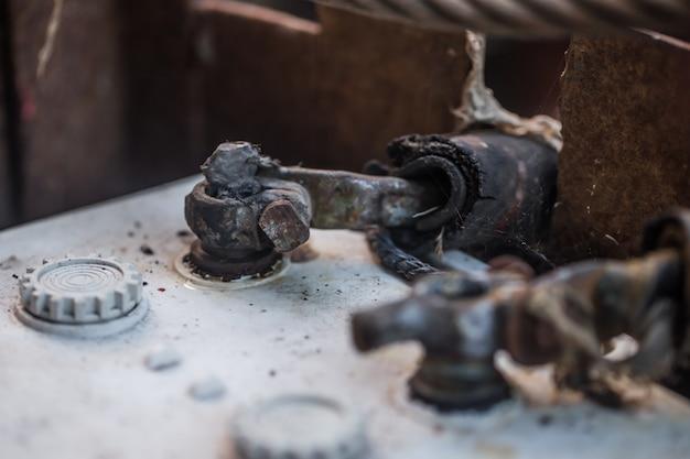 Conecte la batería vieja del automóvil