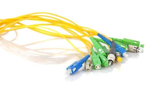 Conectores de fibra óptica aislados en fondo blanco