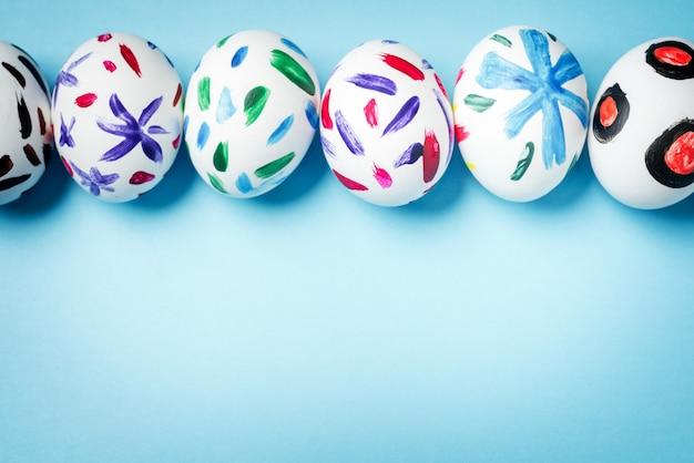 Conejito de pascua en una bolsa de papel. fondo azul. ideas de pascua. huevos de pascua. espacio para texto.