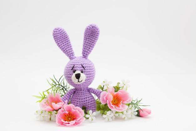 Conejito de pascua de punto, flores, hecho a mano, amigurumi.