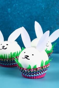 Conejo de diy de los huevos de pascua en fondo azul. ideas de regalos, decoración de semana santa, primavera. hecho a mano.