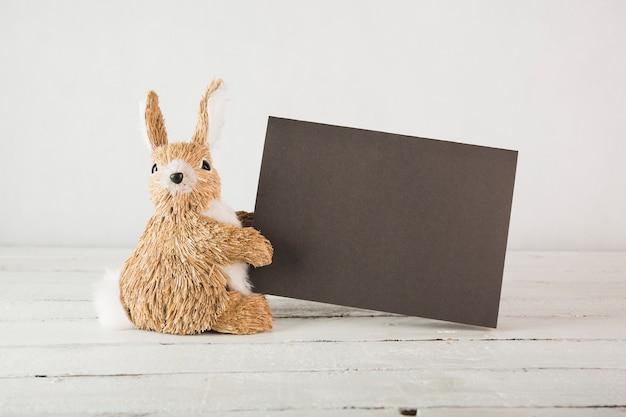 Conejo de peluche con papel negro