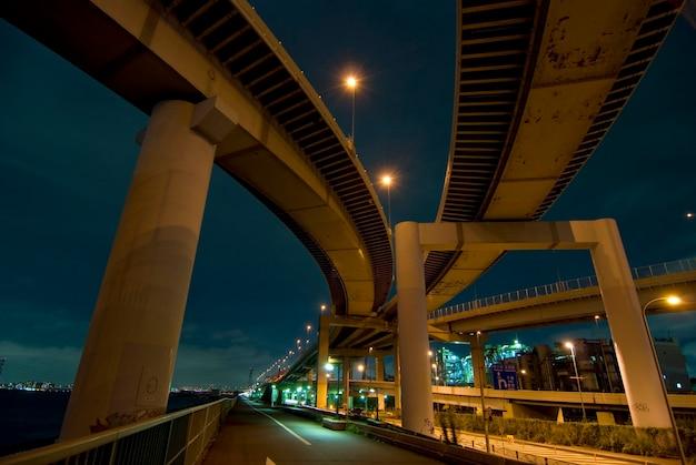 Conexión de autopista nocturna con carretera recta que va muy lejos