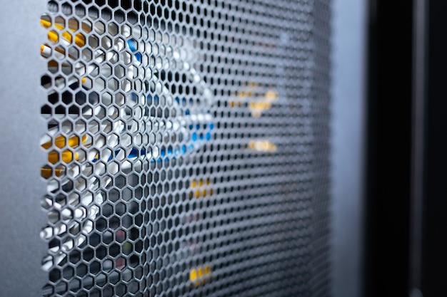 Conexión por cable. cables de colores importantes para las telecomunicaciones en un centro de datos