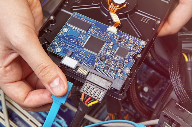 Conexión de hdd a pc de escritorio con ayuda del cable sata azul.