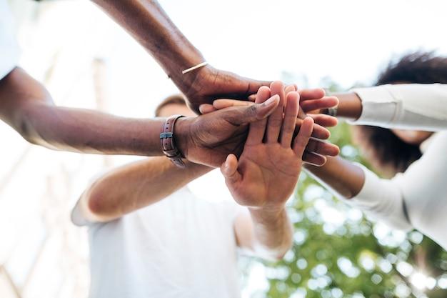 Conexión intercultural de la mano entre amigos.