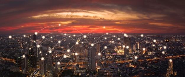 Conexión de redes sociales mediante tecnología de telecomunicaciones inalámbricas con fondo de paisaje urbano