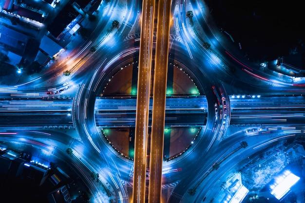 Conexiones de la industria de la carretera de circunvalación para el transporte y los negocios de logística por la noche.