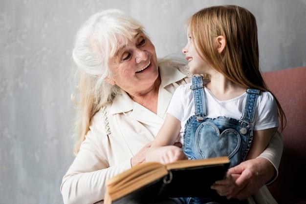 Conferencia de la abuela con niña