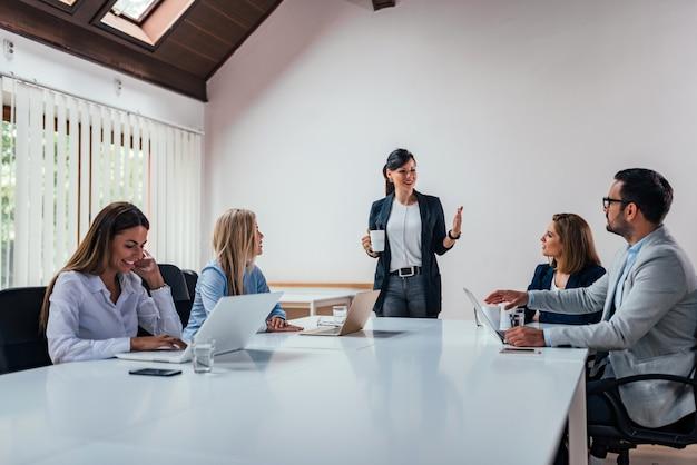 Conferencia de gente de negocios en sala de reuniones moderna.