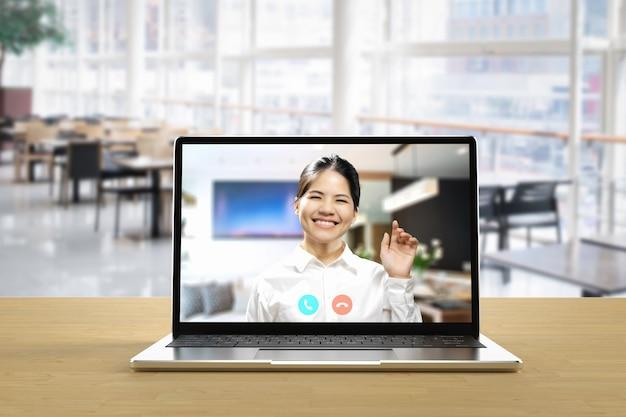 Conferencia en línea o videollamada con mujer asiática en computadora portátil
